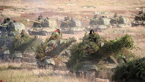 Rosyjskie armatohaubice samobieżne na ćwiczeniach z Białorusią w 2009 r.