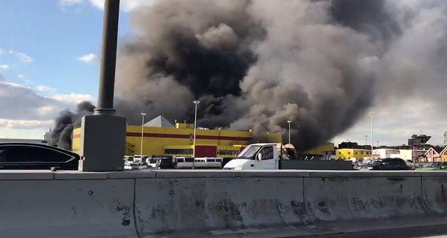 W wyniku pożaru ewakuowano mieszkańców pobliskich budynków.
