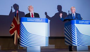 Brytyjski minister ds. wyjścia z Unii David Davis i szef zespołu negocjatorów UE Michel Barnier