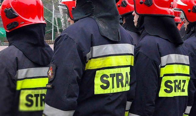 Warszawa. Strażacy pożegnali w środę swojego kolegę. Przed miejskimi jednostkami straży pożarnej funkcjonariusze stanęli na baczność, zabrzmiały syreny wozów gaśniczych