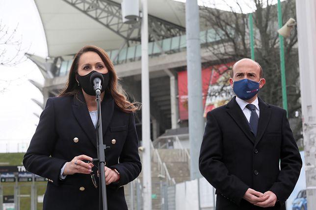 Warszawa. Borys Budka i Renata Kaznowska podczas konferencji prasowej przed stadionem Legii nt. miejskiego programu punktów szczepień masowych