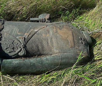 Zniszczony pomnik Marszałka Rokossowskiego