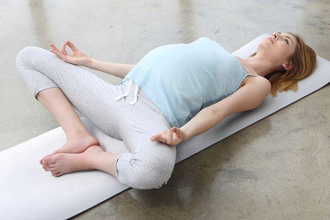 Joga w ciąży. Ćwiczenia w pierwszym, drugim i trzecim trymestrze