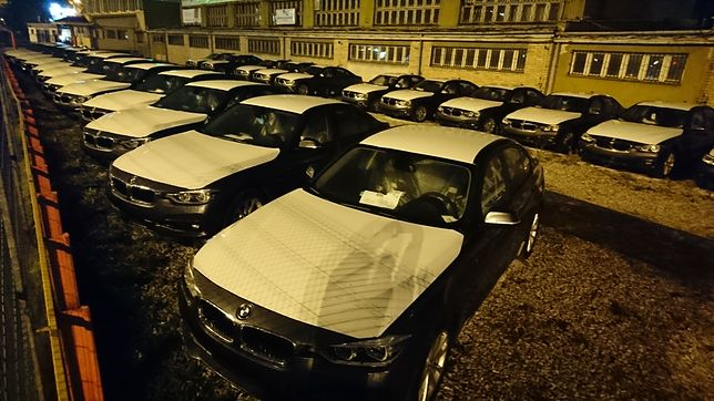 Pierwsze dostawy nowych nieoznakowanych radiowozów. Szybkie BMW 330i już czekają na odbiór policji