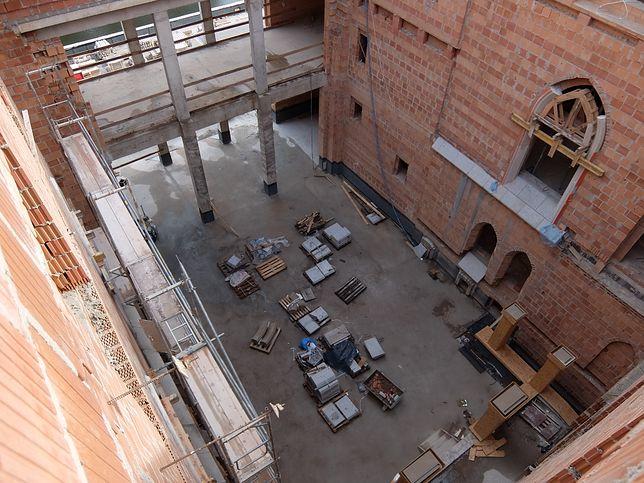Zdjęcie z wnętrza samowoli budowlanej - wielkiego zamku w Stobnicy, który ma być hotelem
