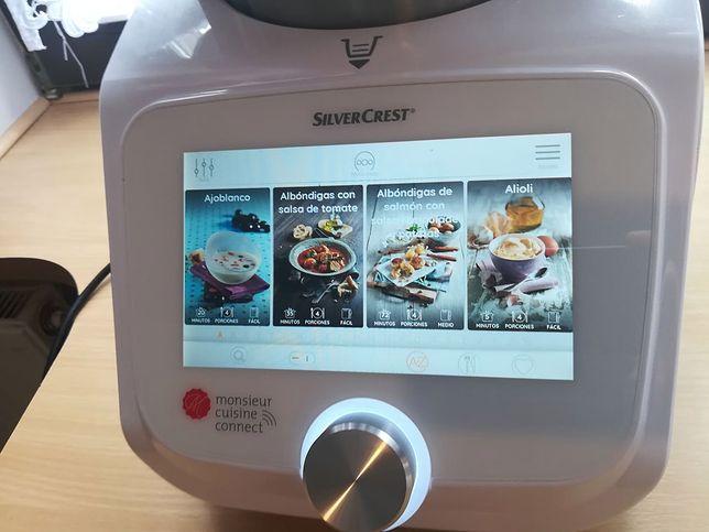 Robot łączy się z internetem. Będąc online, możemy wyświetlić książkę kucharską na ekranie urządzenia.