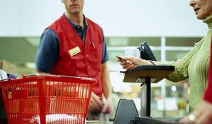 Niskie płace i umowy śmieciowe. Codzienność sprzedawców i kasjerów