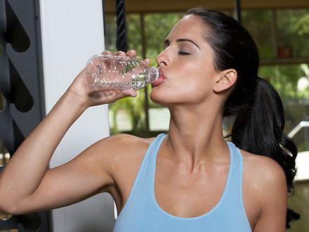 Picie wody z butelki wywołuje zmarszczki