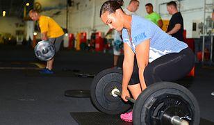 Martwy ciąg to doskonałe ćwiczenie angażujące podczas jego wykonywania wiele grup mięśniowych.