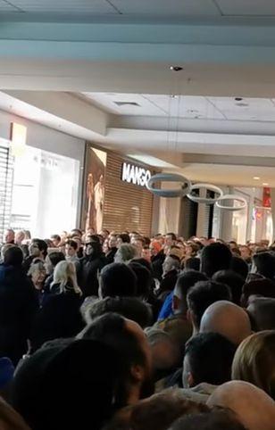 Po godzinie 10. ze względów bezpieczeństwa zdecydowano o zamknięciu sklepu