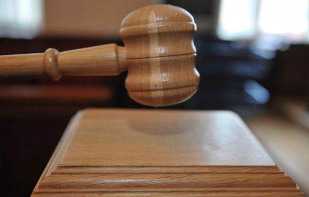 Proces ojczyma oskarżonego o znęcanie się nad dziećmi. Jedno z nich popełniło samobójstwo