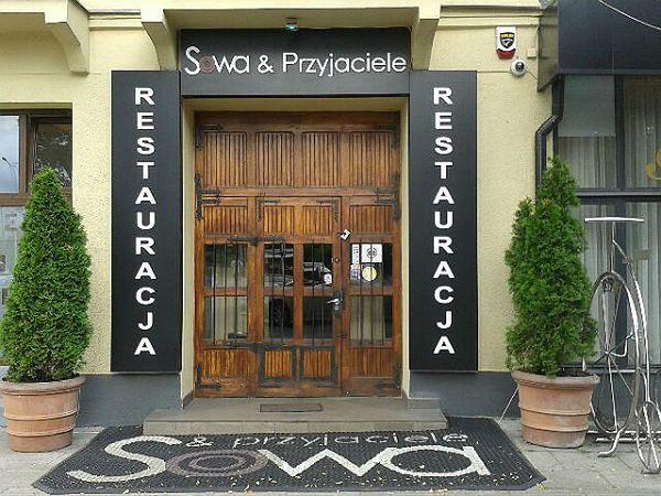 """Wejście do restauracji """"Sowa i Przyjaciele"""""""