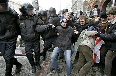 Milicja rozprawiła się z protestującymi w Mińsku, są ranni