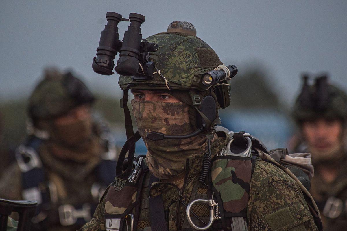 Rosyjscy spadochroniarze bez oznaczeń na mundurach ćwiczą przy granicy z Polską