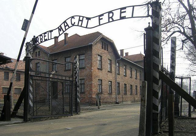 Wejście na teren byłego nazistowskiego obozu Auschwitz-Birkenau.
