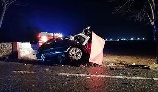 Tragiczny wypadek w Suchej. Mercedes wbił się w drzewo