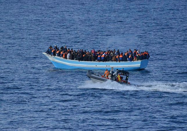 Rumuńska straż przybrzeżna uratowała 153 migrantów. Płynęli zniszczoną łodzią w trudnych warunkach