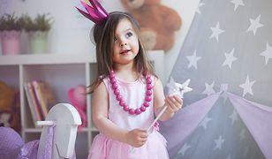 Małe dziewczynki uwielbiają się bawić ponadczasowymi lalkami Barbie