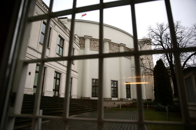 Władza przyznała sobie wysokie podwyżki. Płace urzędników państwowych w górę nawet o ponad tysiąc złotych