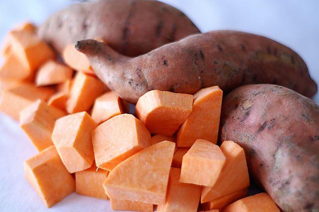 Bataty mają niski indeks glikemiczny (50). Zawierają 86 kcal na 100 g. Przepisy z batatami