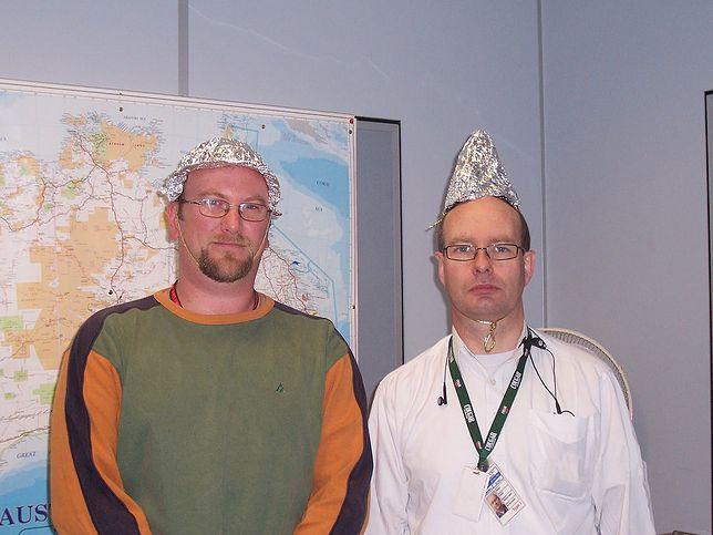 Masoni, reptilianie i foliowe kapelusze. Witamy w świecie teorii spiskowych
