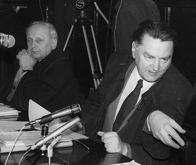 Andrzej Grabiński (pierwszy z lewej) podczas procesu sprawców morderstwa księdza Jerzego Popiełuszki. Istnieje możliwość, że SB planowała zamordowanie jego synowej w odwecie za to, że był wtedy oskarżycielem posiłkowym, 1985 r.
