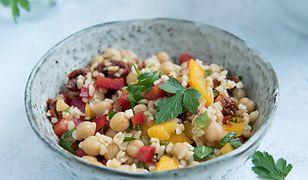 Sałatka z ciecierzycy i kaszy bulgur z warzywami i sosem winegret