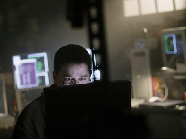 Aresztowanie za włamania do sieci komputerowych rządu USA