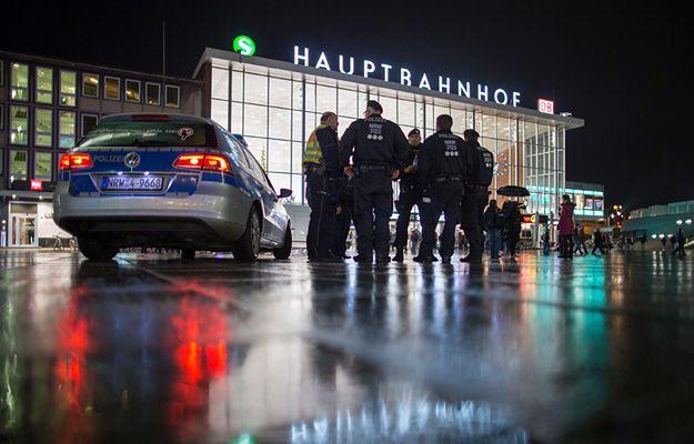 Funkcjonariusze policji przed budynkiem dworca w Kolonii