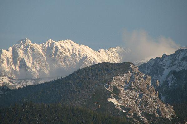 Bardzo trudne warunki w górach - oblodzone szlaki i silny wiatr