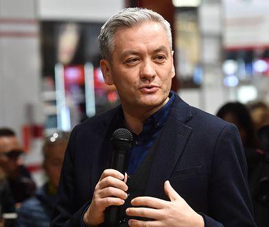 """Robert Biedroń promuje swoją książkę """"Nowy Rozdział""""."""