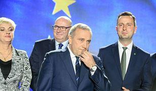 Wieczór wyborczy. 26 maja 2019 roku. Grzegorz Schetyna (pośrodku) już wie, że Koalicja Europejska przegrała z PiS. Nie wie jeszcze, jak bardzo.