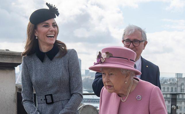 Ekspertka od mowy ciała przeanalizowała postawę królowej Elżbiety