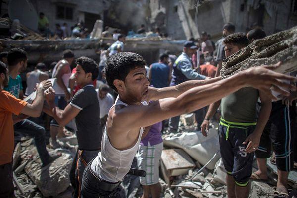 Palestyńczycy przeszukują gruz po izraelski ostrzale w poszukiwaniu rannych