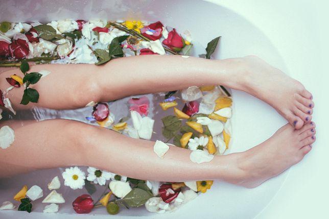 Jednym ze sposobów na odciski jest wykorzystanie ciepłej kąpieli.