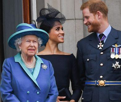Meghan Markle uczyła się od królowej, książę Karol był dla niej jak ojciec. Biografia byłych royalsów szokuje