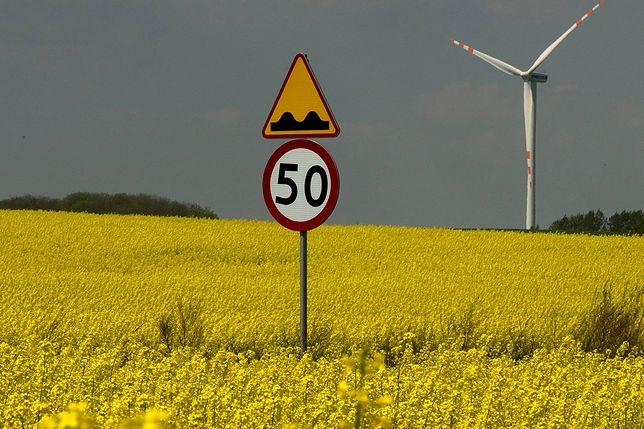 Znak w niewłaściwej odległości od krawędzi jezdni