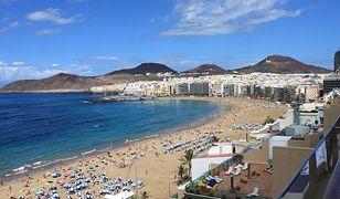 Piaszczysta plaża Las Canteras, najbardziej charakterystyczna na hiszpańskiej wyspie Gran Canaria
