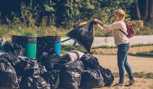 Uczestnicy podczas akcji Książka za worek śmieci w Warszawie