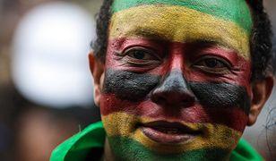 Demonstrant świętujący odsunięcie Roberta Mugabe od władzy