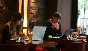 Pracować zdalnie można z domu, kawiarni czy nawet w trakcie zagranicznego wyjazdu
