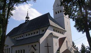 """Kościół w Psarach. Proboszcz nazywa parafian """"skąpcami i kpiarzami""""."""