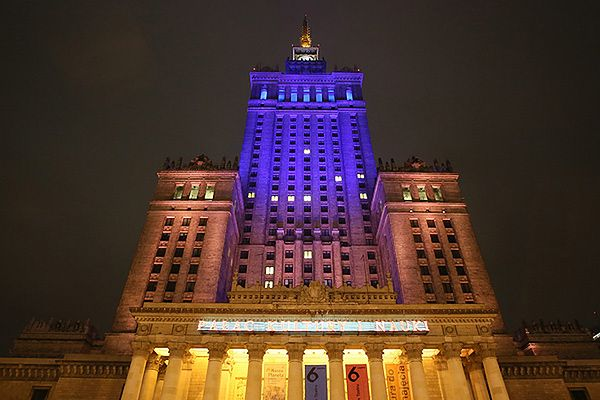 Pałac Kultury i Nauki podświetlony w kolorach narodowej flagi Ukrainy