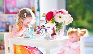 Zastawa stołowa czy domki dla lalek to tylko niektóre typy zabawek dla dzieci