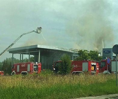 Mysłowice. Zapalił się dach salonu samochodowego (zdjęcie: itvm.pl Telewizja Mysłowice)