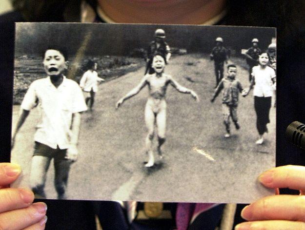 Facebook przestał usuwać zdjęcie poparzonej napalmem dziewczynki
