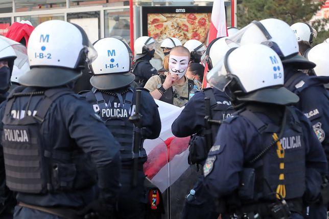 Protesty w Polsce. Gdynia: kibice Arki w biurze posła PiS? Marcin Horała interweniuje