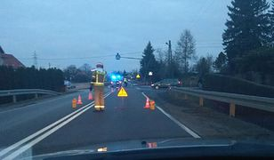 """Leżajsk. Na krajowej """"77"""" policja i strażacy kierują na objazdy."""