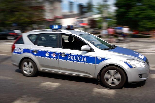 Policjanci w szoku! 15-letni złodziej chciał ich przejechać autem