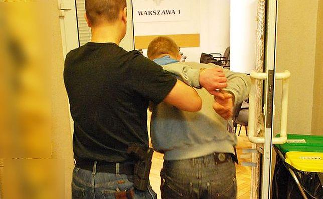 5 napadów z bronią w ręku. Bandycki rajd po Centrum Warszawy [WIDEO]